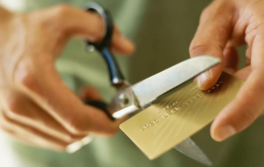Как снять деньги с чужой банковской карты